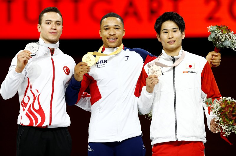 Ahmet Önder (L) poses with gold medalist Joe Fraser (C) and bronze medalist Kazuma Kaya after the 2019 world championships, Stuttgart, Oct. 13, 2019. (Reuters Photo)