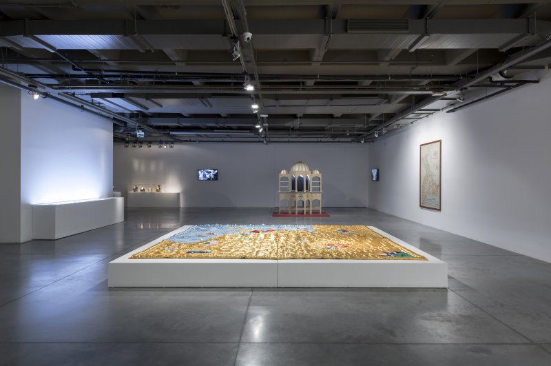 Servet Koçyiğit's quilt and Randi & Katrine's Turkish bath model are on display side by side in the exhibition space. (Courtesy of Istanbul Modern)