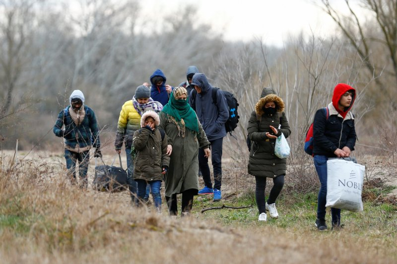Migrants arrive to cross the Evros river to reach Greece as they are pictured from the Turkish border city of Edirne, Turkey, February 29, 2020. (REUTERS Photo)