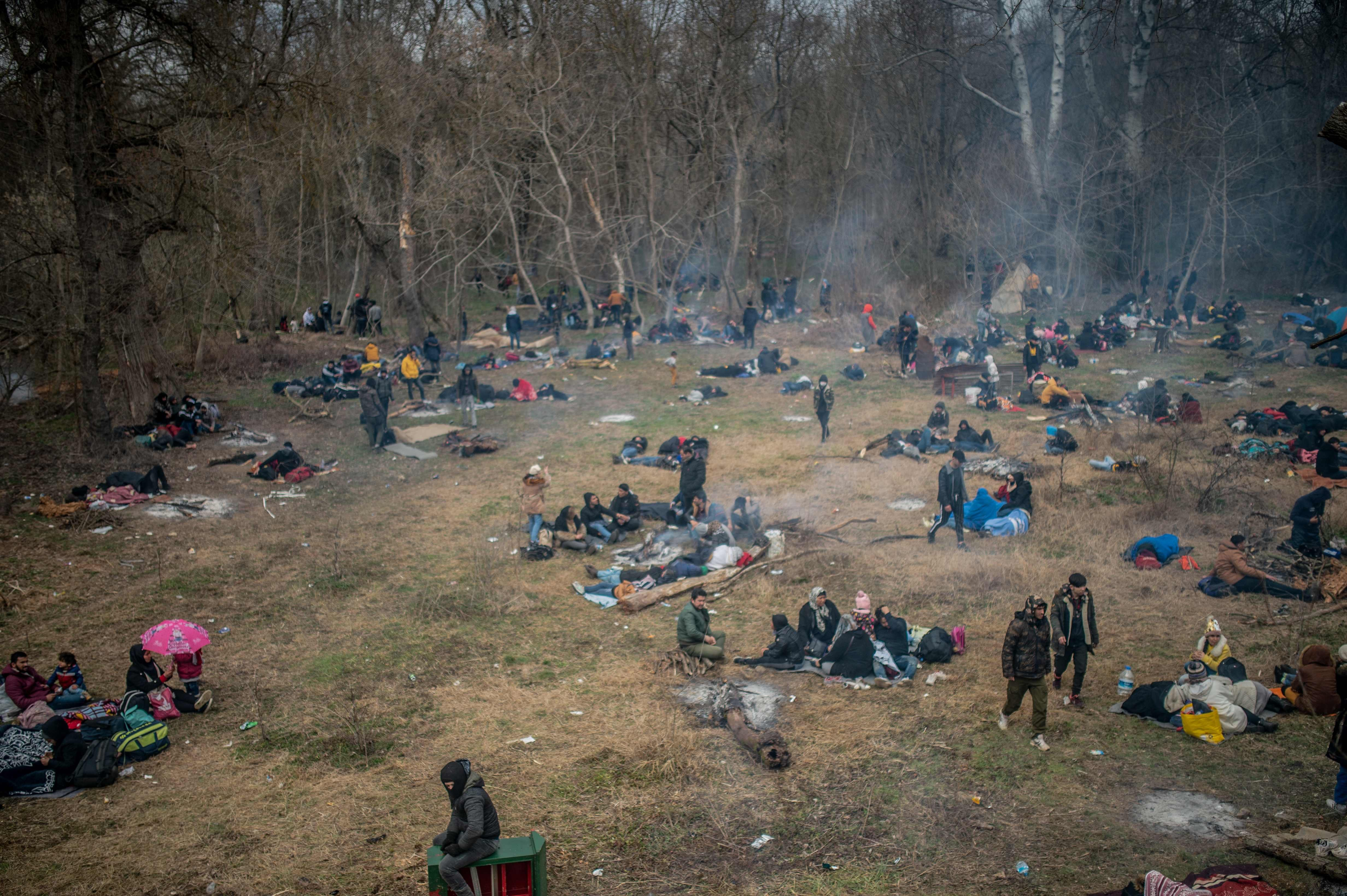 Migrants wait in a field near the buffer zone at Turkey-Greece border, at Pazarkule, in Edirne district, Feb. 29, 2020. (AFP)