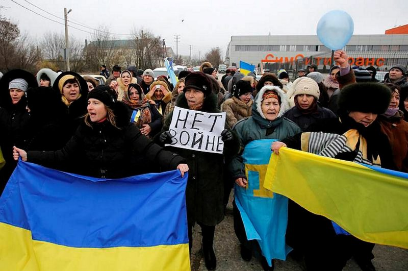 """Crimean tatars shout slogans and hold banner that read """"No War"""" during the pro-Ukraine rally in Simferopol, Crimea, March 10, 2014. (AP Photo)"""