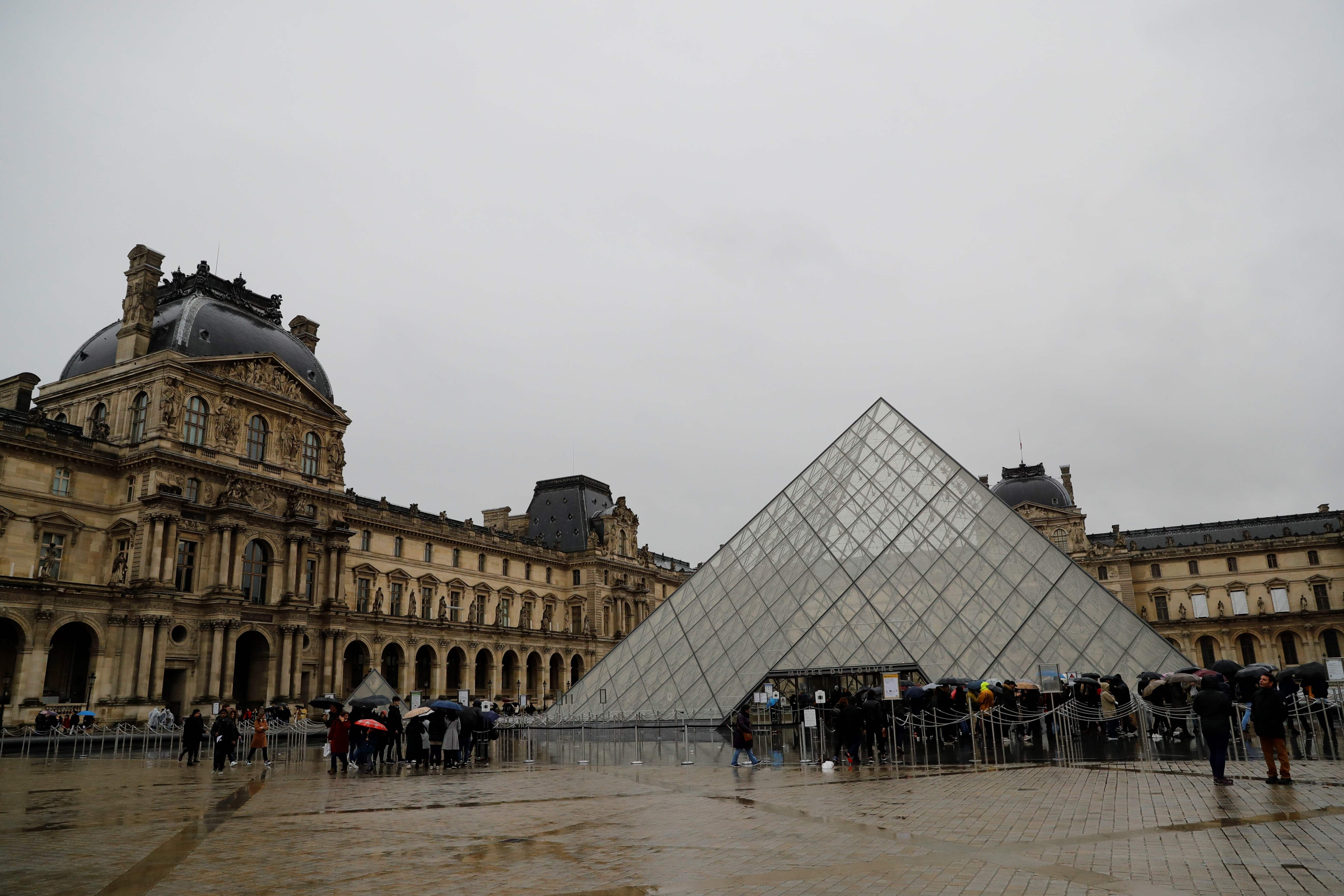 France Closes The Louvre Amid Covid 19 Spread Daily Sabah