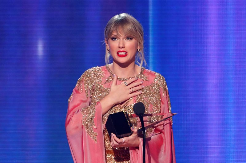 Taylor Swift accepts the Artist of the Year award at the 2019 American Music Awards, Los Angeles, California, U.S., Nov. 24, 2019. (REUTERS Photo)