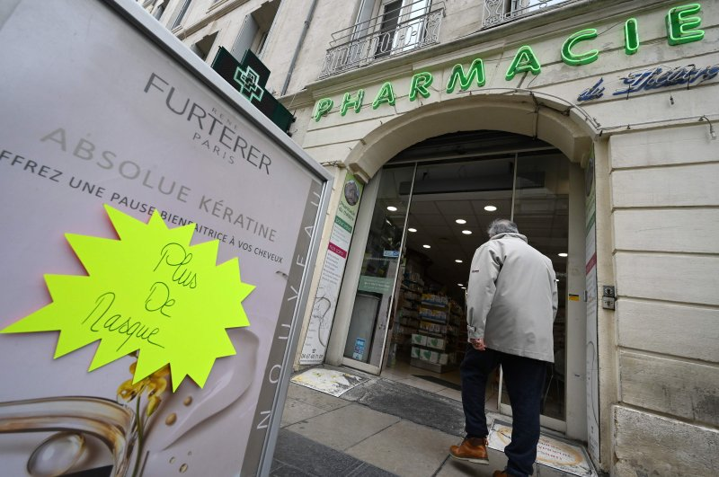 """A placard reading """" no more masks """" in front of a pharmacy, Montpellier, March 3, 2020. (AFP Photo)"""