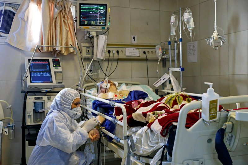 An Iranian medic treats a patient infected with the COVID-19 virus at a hospital in Tehran, March 1, 2020. (AFP Photo)