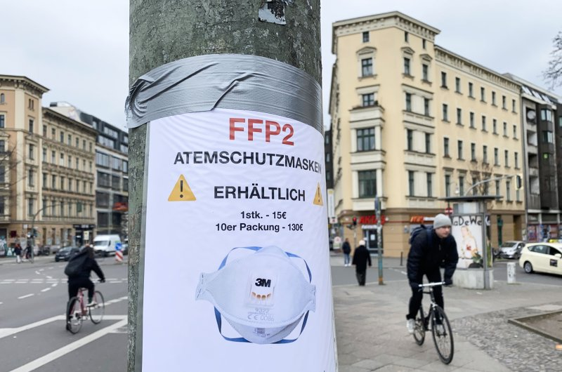 A sign advertising the sale of FFP2 protective face masks seen taped to a lamppost in Berlin, March 4, 2020. (AFP Photo)