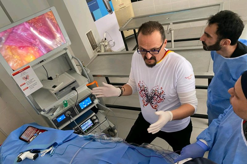 Özer Makay (L) trains surgeons from around the world at İzmir's Ege University. (AA Photo)