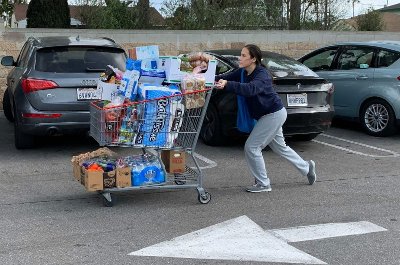 People buy water, food and toilet paper at a store, as they begin to stockpile essentials from fear that supplies will be affected by the spread of the coronavirus outbreak across the country, in Los Angeles, Feb. 29, 2020. (AFP Photo)