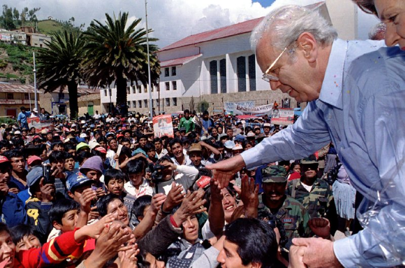 Former U.N. Secretary-General and presidential candidate Javier Perez de Cuellar greets supporters in Sicuani, after giving a public speech during a campaign rally in the Andes, Peru, April 5, 1995. (Reuters File Photo)