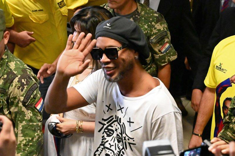 Brazilian ex-football star Ronaldinho waves upon arriving at Silvio Pettirossi International Airport in Luque, near Asuncion, on March 4, 2020. (AFP Photo)