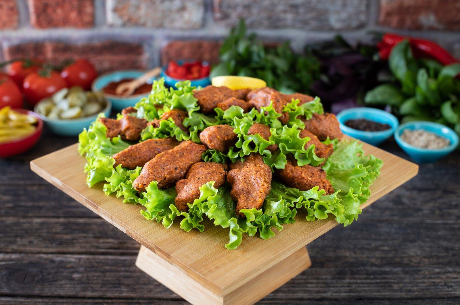 Turkish local raw food concept, çiğ köfte. (Gülçin Ragiboğlu / iStock)