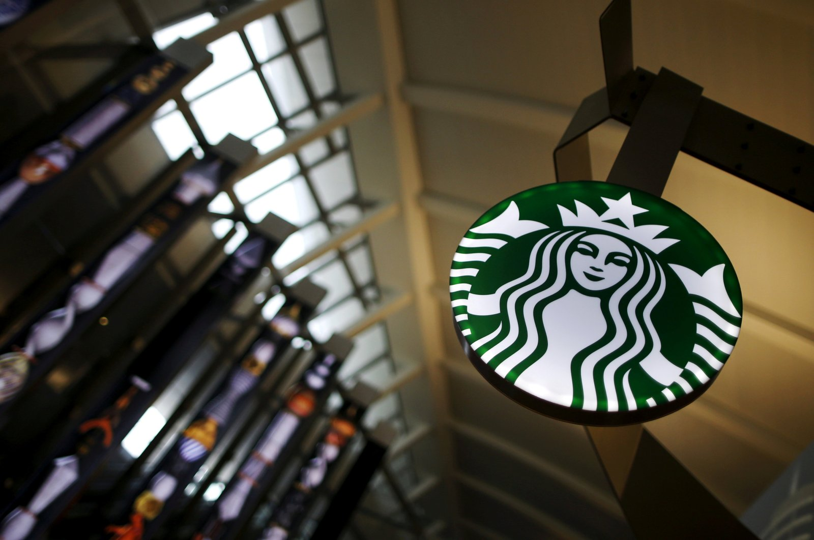 A Starbucks store is seen inside the Tom Bradley Terminal at LAX airport in Los Angeles, C.A., Oct. 27, 2015.  (REUTERS Photo)