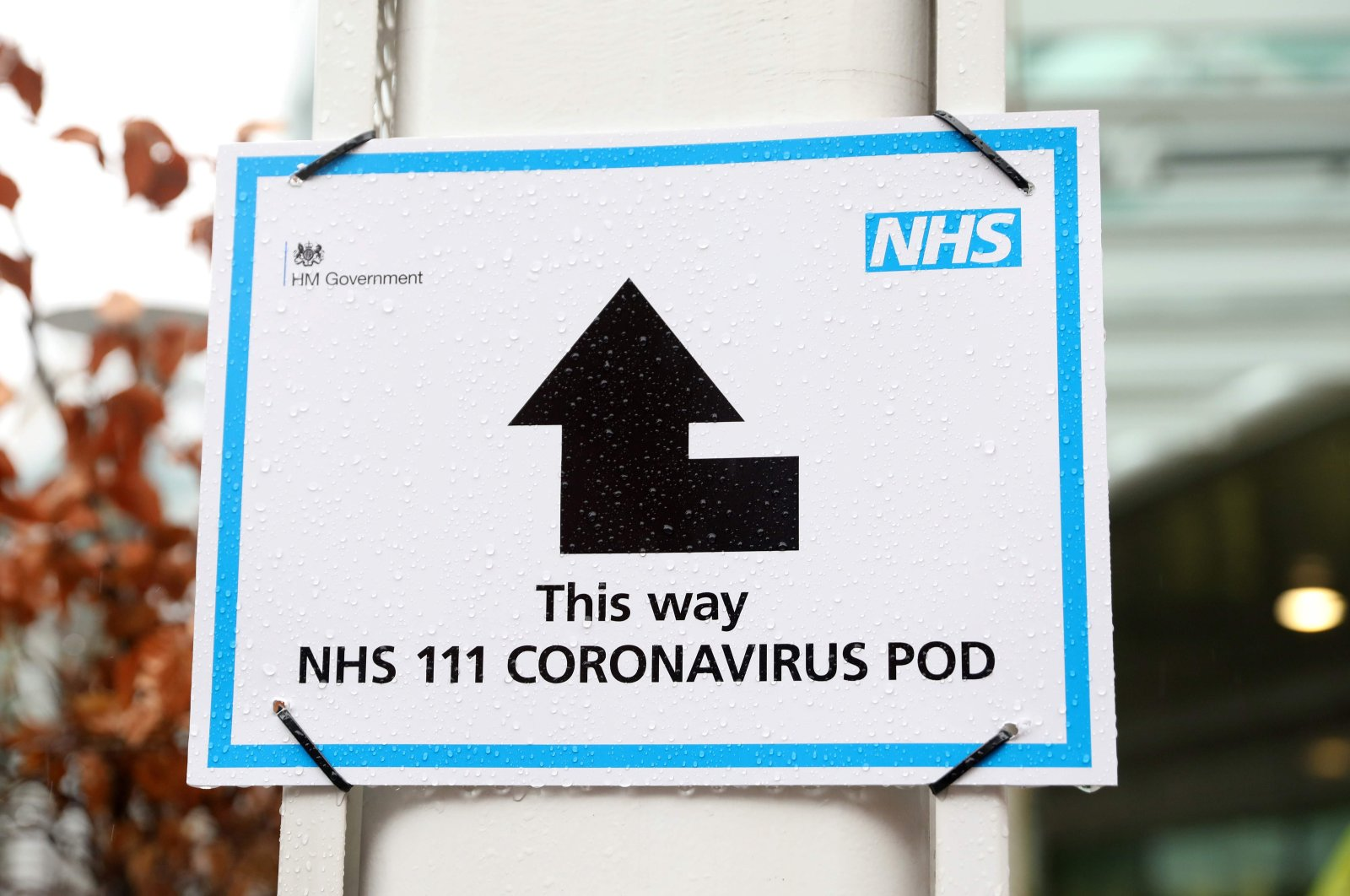 A sign directing patients toward an NHS 111 Coronavirus Pod outside University College Hospital, London, March 5, 2020. (AFP Photo)
