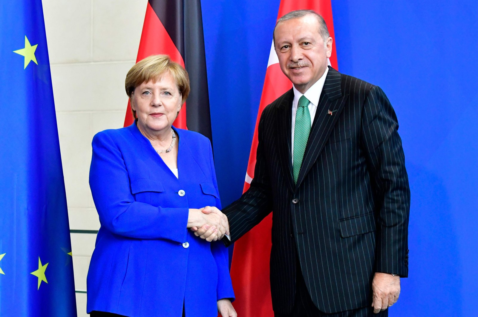 German Chancellor Angela Merkel (l) and President Recep Tayyip Erdoğan shake hands after a joint press conference after bilateral talks on September 28, 2018 at the chancellery in Berlin (AFP File Photo)