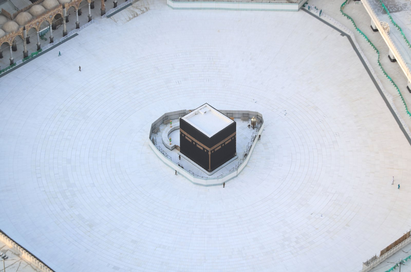 An aerial view shows an empty white-tiled area surrounding the Kaaba in Mecca's Grand Mosque, on March 6, 2020. (AFP Photo)