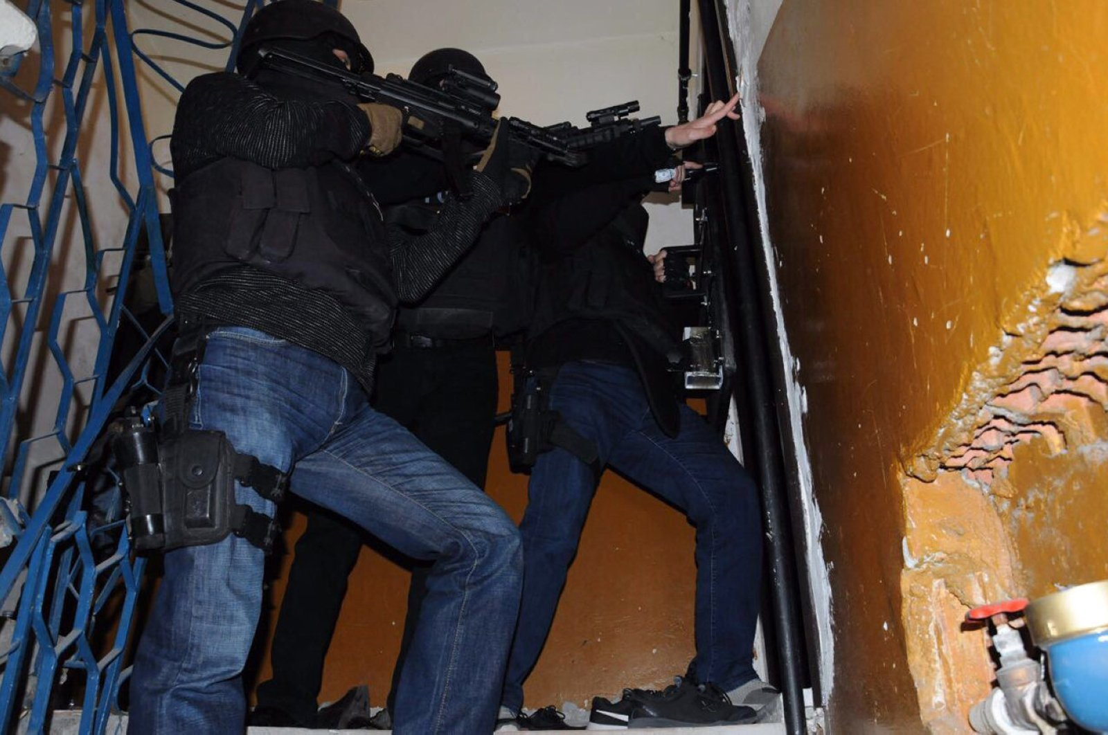 Turkish security forces raid an apartment in Istanbul during a counter-terror operation (Sabah File Photo)