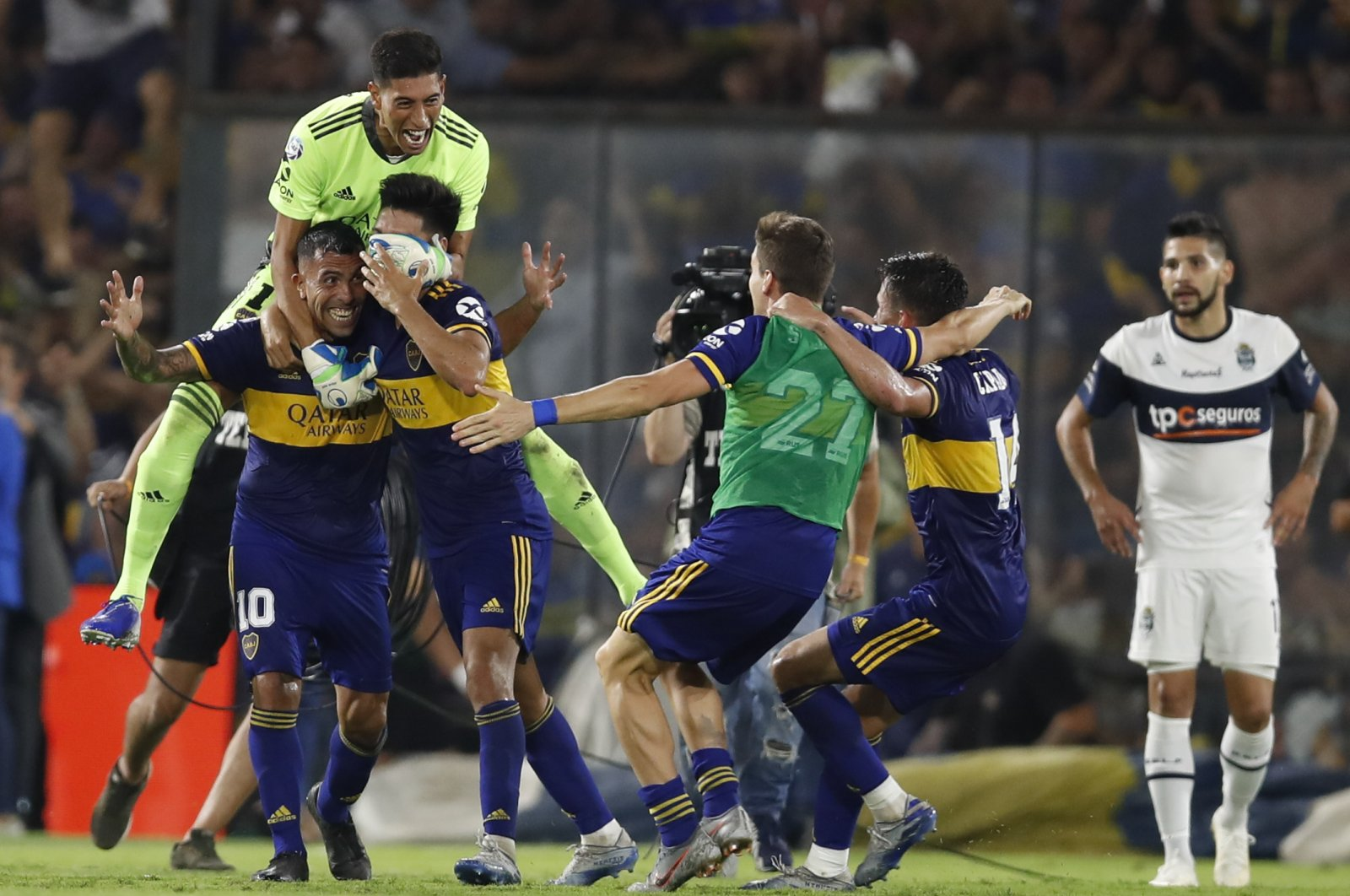 Boca Juniors' Carlos Tevez and his teammates celebrate victory, March 7, 2020. (AP Photo)