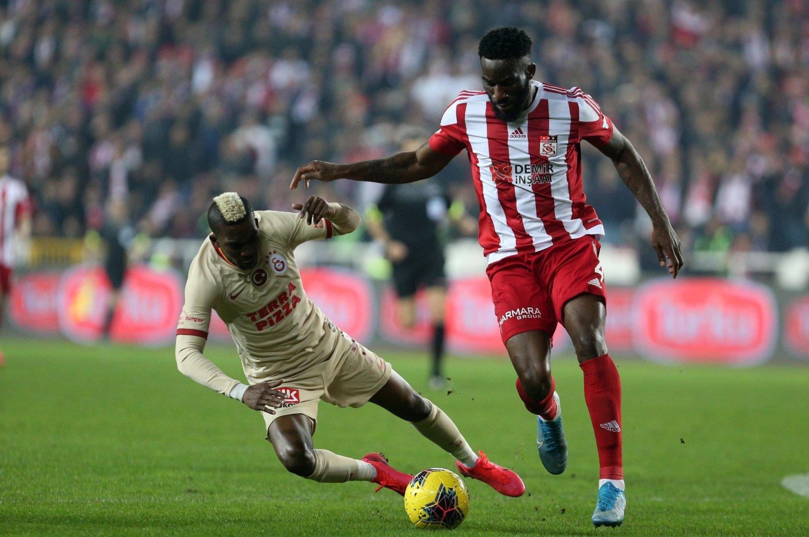Galatasaray's Henry Onyekuru (L) in action against Sivasspor's Appindangoye (R), Sivas, March 8, 2020. (AA Photo)