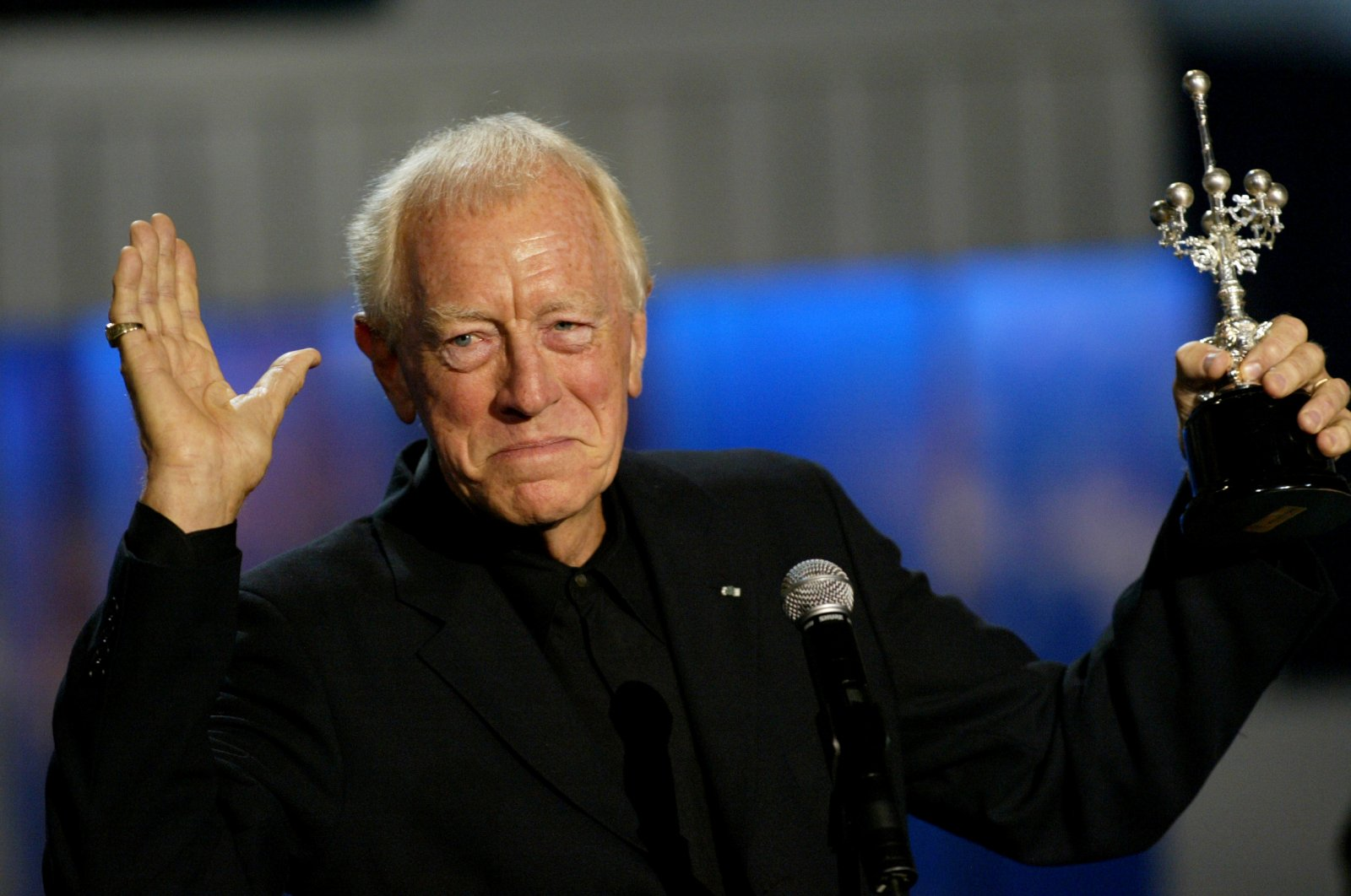 Swedish actor Max von Sydow holds his Donostia Award which he was given in recognition for his lifetime career during the San Sebastian's International Film Festival in Spain, Sept. 24, 2006. (REUTERS Photo)