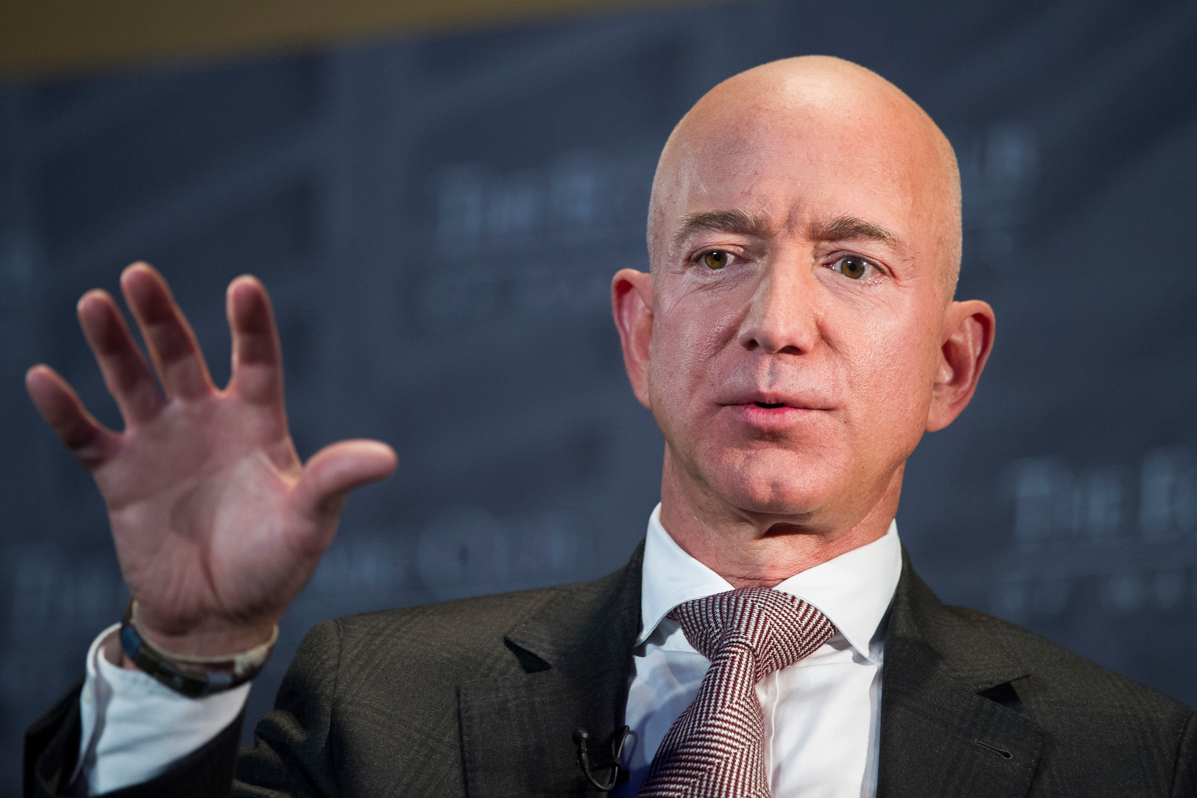 Bezos loses $5.6B in single day during fall in world stocks thumbnail