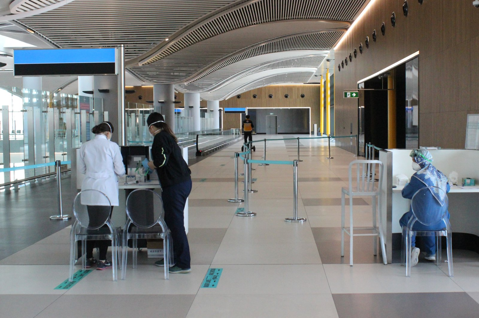 Health officials prepare to conduct tests on travellers returning from Saudi Arabia at Istanbul Airport, March 6, 2020. (AA Photo)