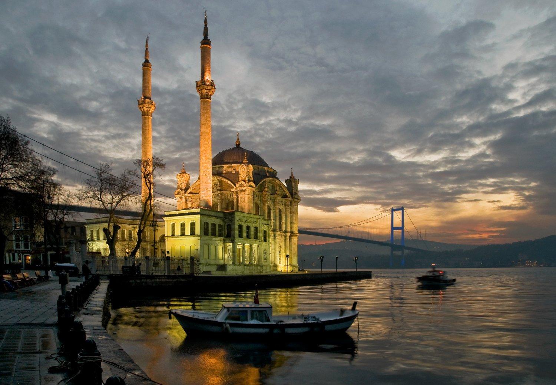 A photo of the Ortaköy Mosque in Istanbul's Beşiktaş district from the portfolio of İzzet Keribar. (Photo by Saffet Azak)