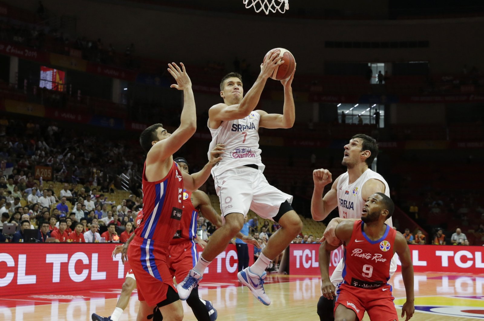 Serbia's Bogdan Bogdanovic in action with Puerto Rico's Jorge Diaz and Gary Browne during a FIBA World Cup in Wuhan, Sept. 6, 2019. (Reuters Photo)