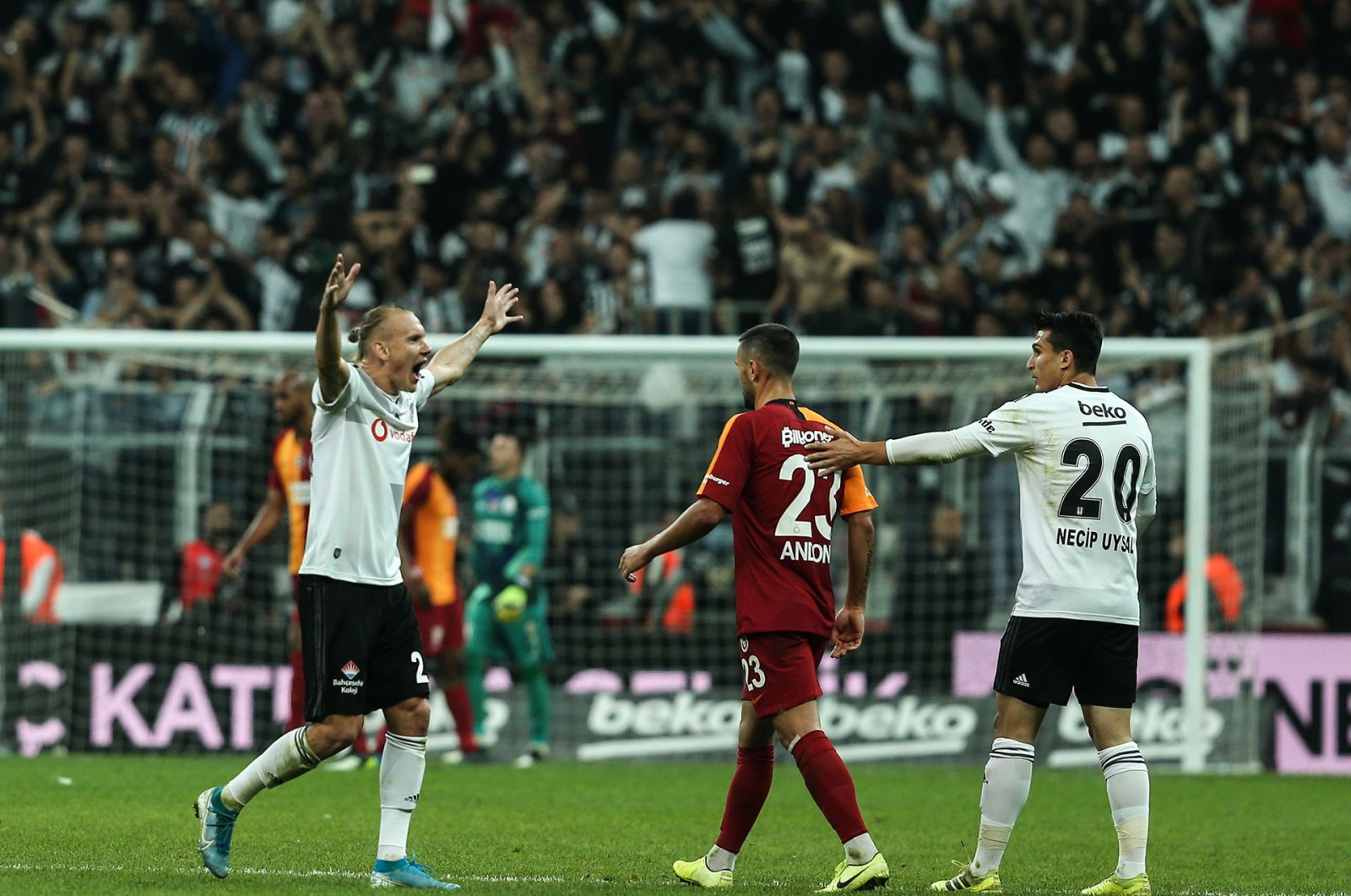 Beşiktaş players celebrate defeating Galatasaray in a Süper Lig match in Istanbul, Oct. 28, 2019. (AA Photo)
