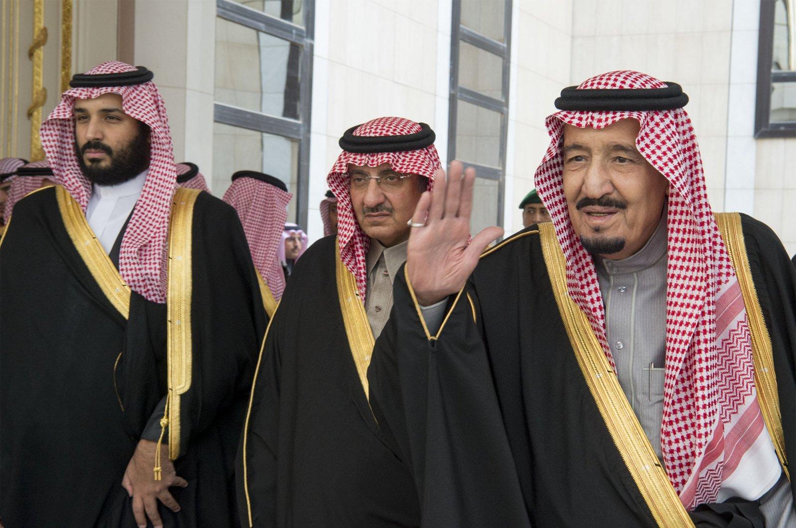 Saudi King Salman bin Abdulaziz (R), Crown Prince Mohammed bin Nayef (C) and deputy Crown Prince Mohammed bin Salman arrive for the opening session of the Shura Council, Riyadh, Dec. 14, 2016. (AFP Photo)