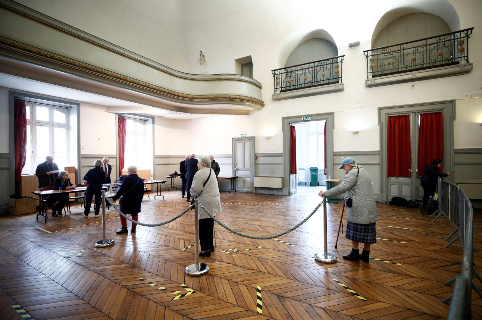 Voters line up inside a polling station during the first round of mayoral elections, Auray,  March 15, 2020. (REUTERS Photo)