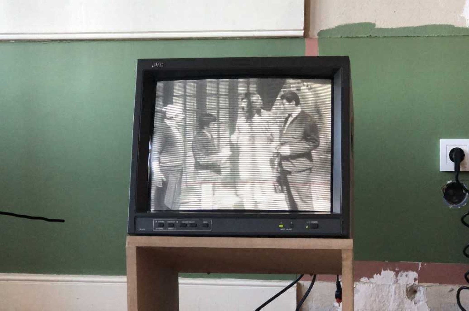 Ege Berensel installed 12 vintage, television monitors in four exhibition rooms to pay homage to Cevat Kurtuluş. (AVTOonline.org)