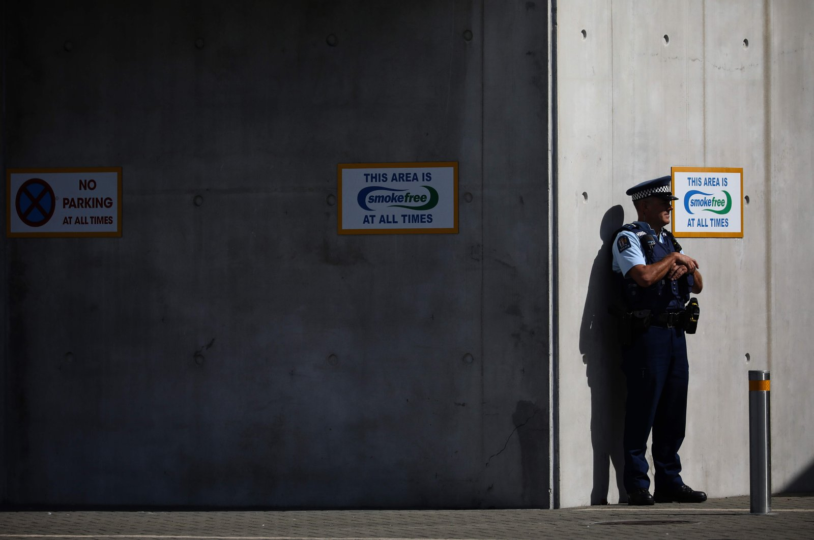 A police officer stands guard duringcongregational Friday prayers at Horncastle Arena, Christchurch, March 13, 2020. (AFP Photo)
