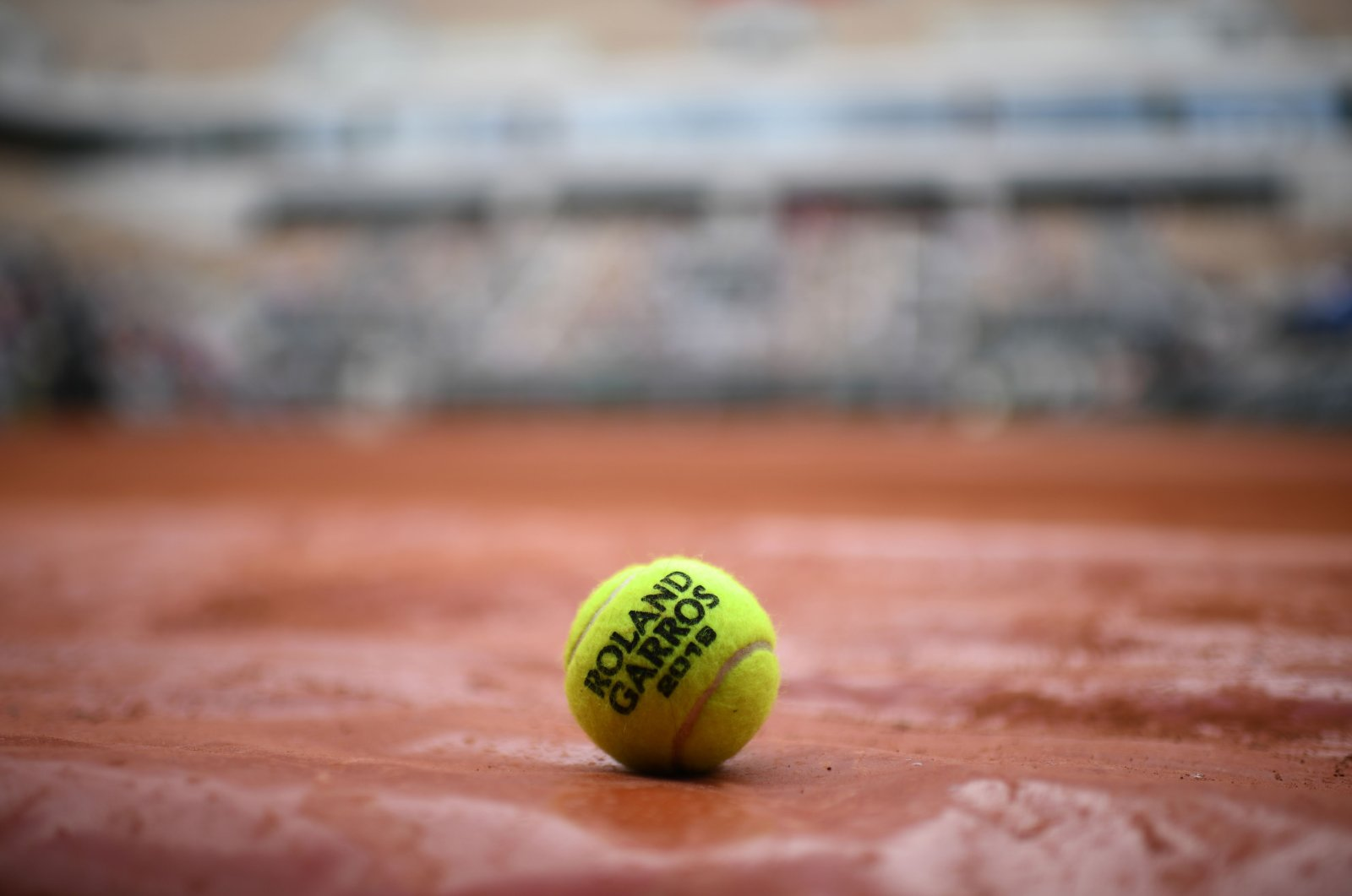 A 2019 French Open tennis tournament official ball is pictured on the Philippe Chatrier central court during the Roland Garros 2019 French Open tennis tournament in Paris, May 25, 2019. (AFP Photo)
