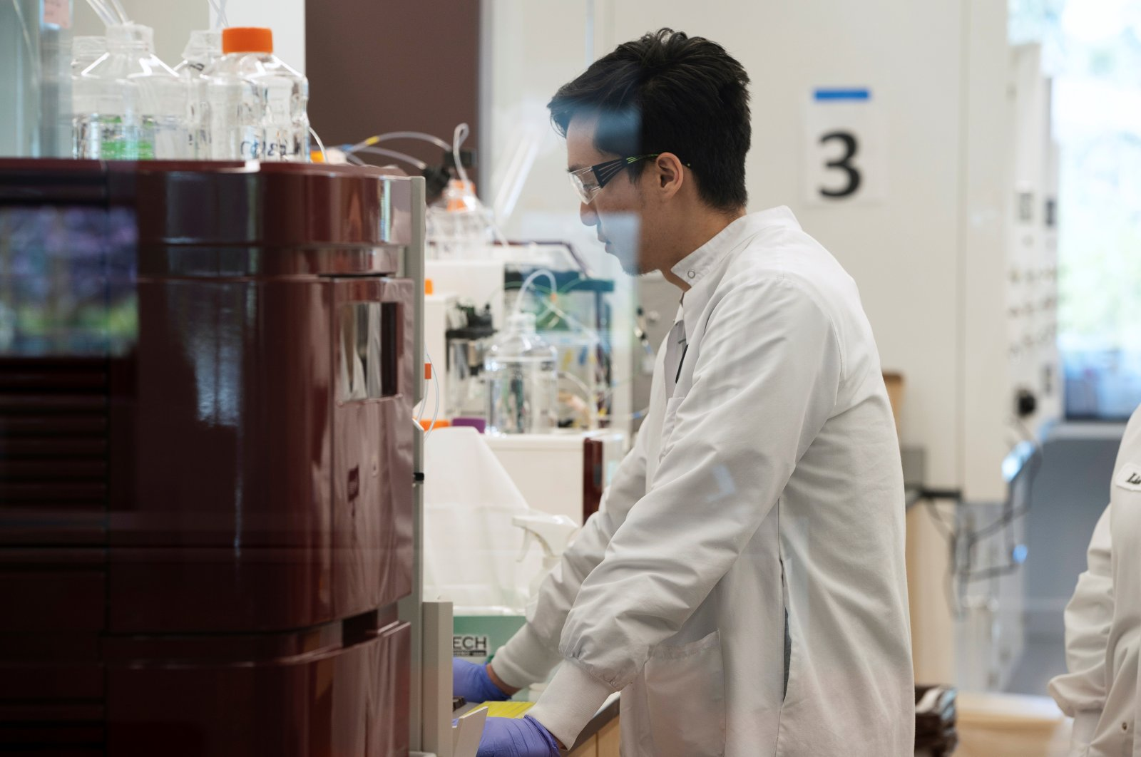 Research assistant Yi Kuo of RNA medicines company Arcturus Therapeutics conducts research on a vaccine for COVID-19 at a laboratory in San Diego, California, Tuesday, March 17, 2020.  (REUTERS Photo)