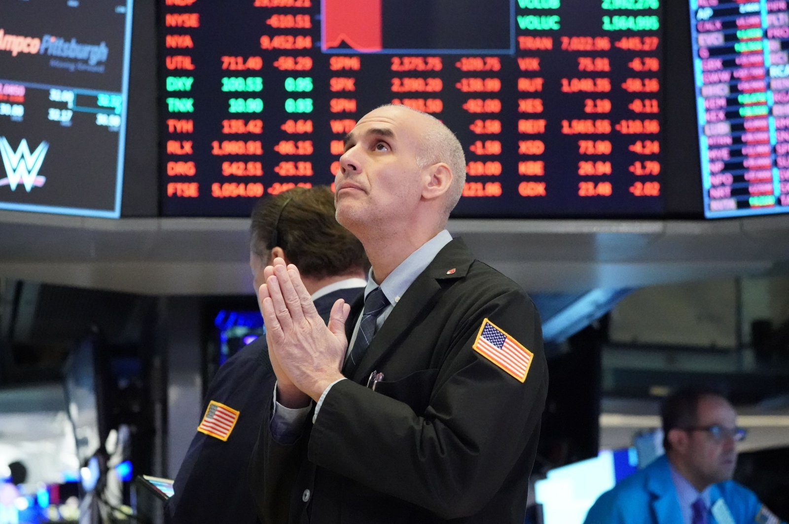 Traders work on the floor at the opening bell of the Dow Industrial Average at the New York Stock Exchange, March 18, 2020. (AFP Photo)