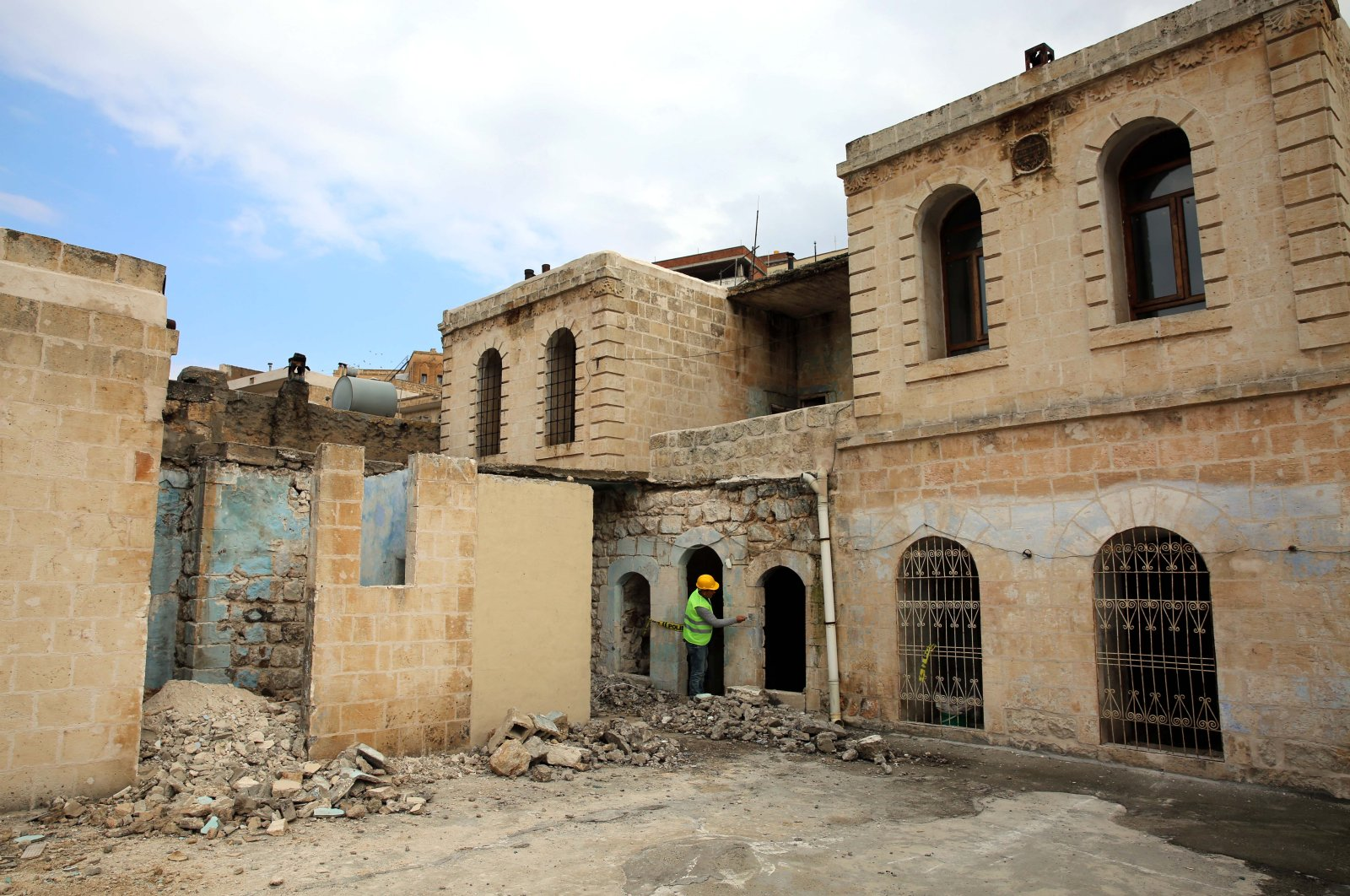 The restoration works started at professor Dr. Aziz Sancar's house in Mardin. (DHA Photo)