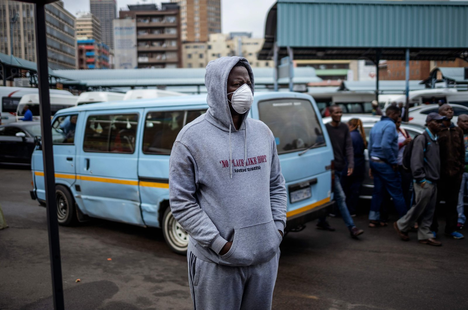 A South African wears a face mask as a preventive measure at the Wanderers taxi rank, Johannesburg CBD, March 18, 2020. (AFP Photo)