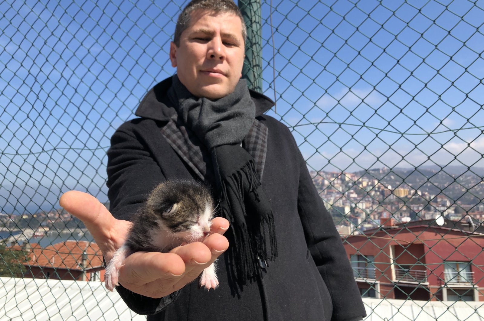 Gonca holds the kitten whom he administers CPR to revive, in Zonguldak, on March 21. (DHA Photo)