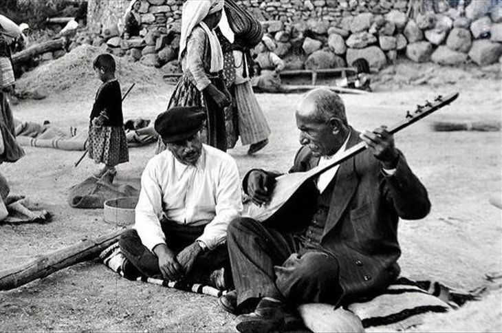 An old photo showing Aşık Veysel while playing his bağlama. (AA Photo)