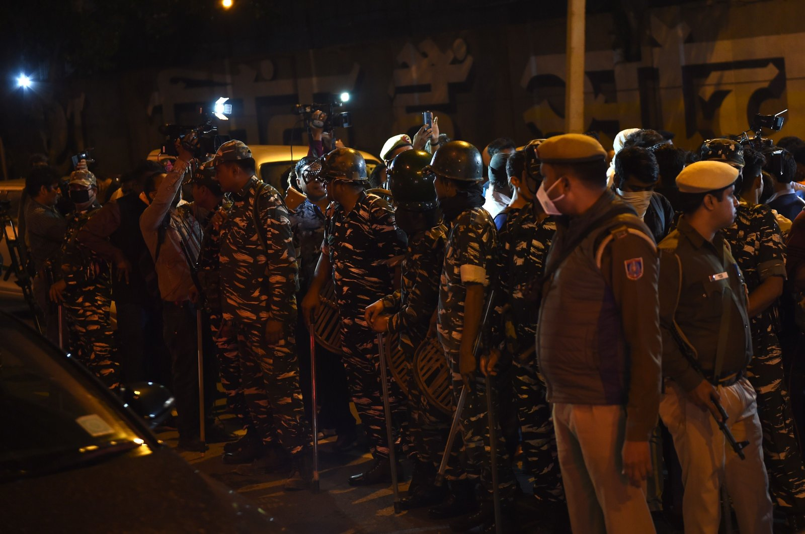 Indian security forces stand outside the gates of Tihar Jail, New Delhi, March 20, 2020. (AFP Photo)