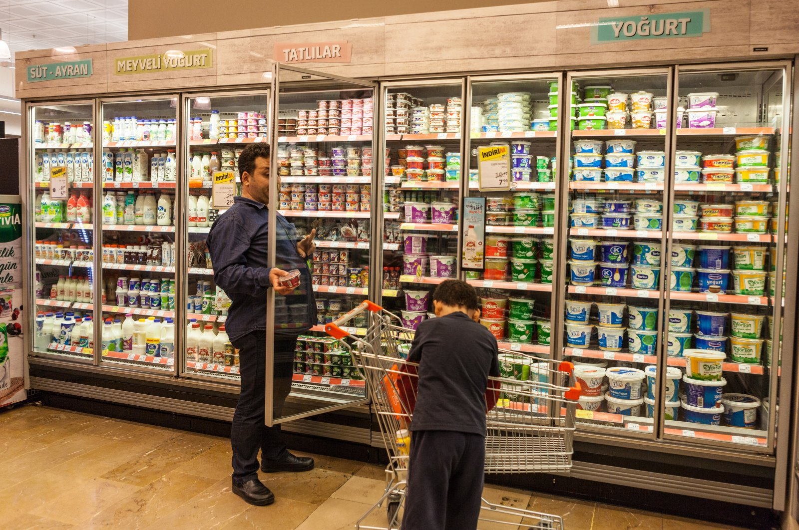 A man shops with his son at a Migros store in Istanbul, Turkey, on Oct. 10, 2018. (Sabah Photo)