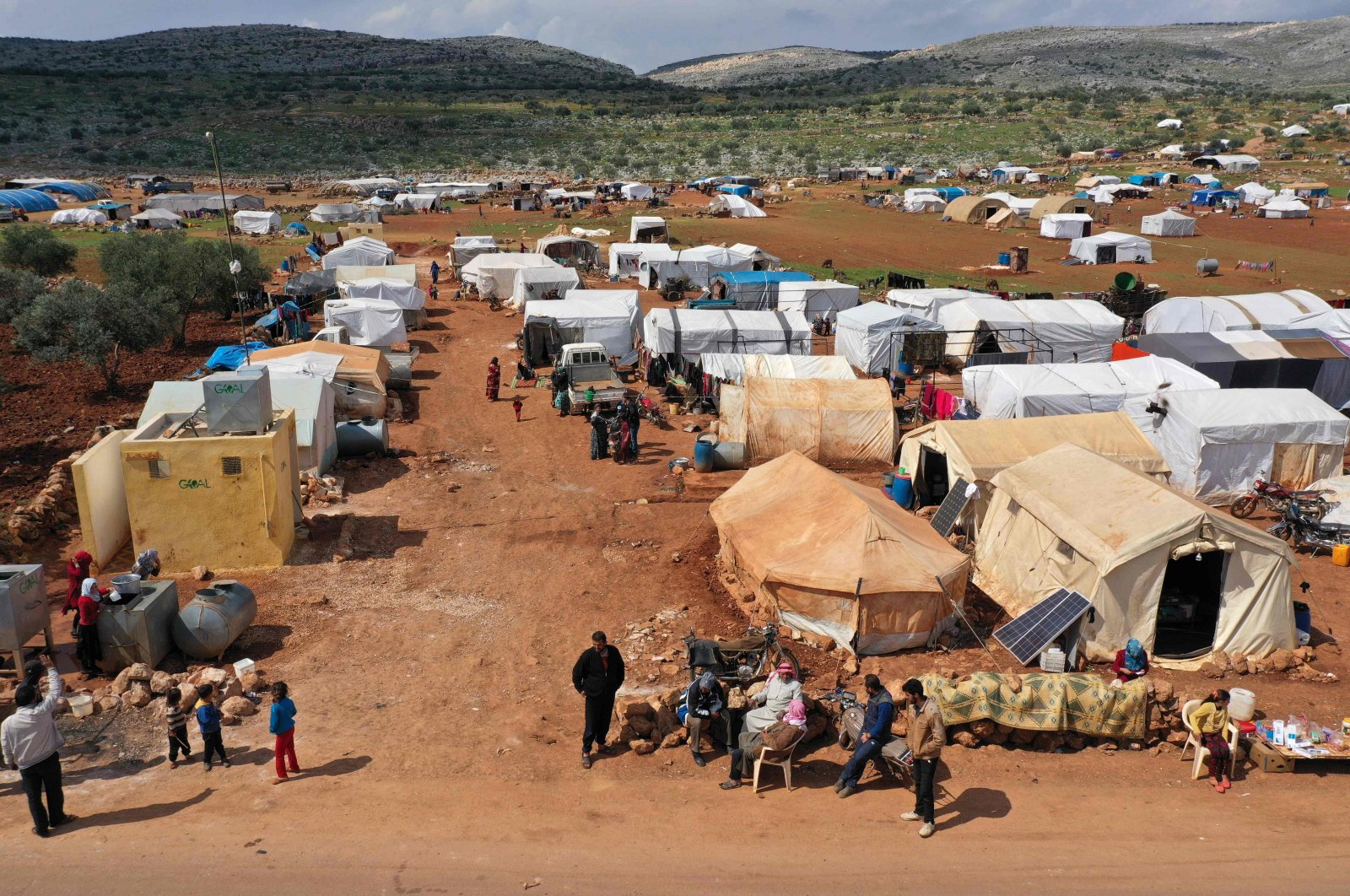 A displaced camp in the town of Kafr Uruq southwest of the town of Sarmada in Syria's northwestern Idlib province, March 17, 2020. (AFP Photo)