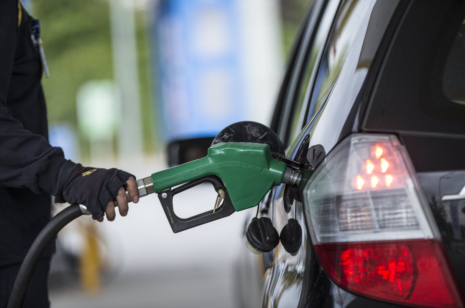 The sharp rise in sales comes after the country announced discounts of TL 0.60 per liter on gasoline and TL 0.55 per liter on diesel fuel. (AA Photo)