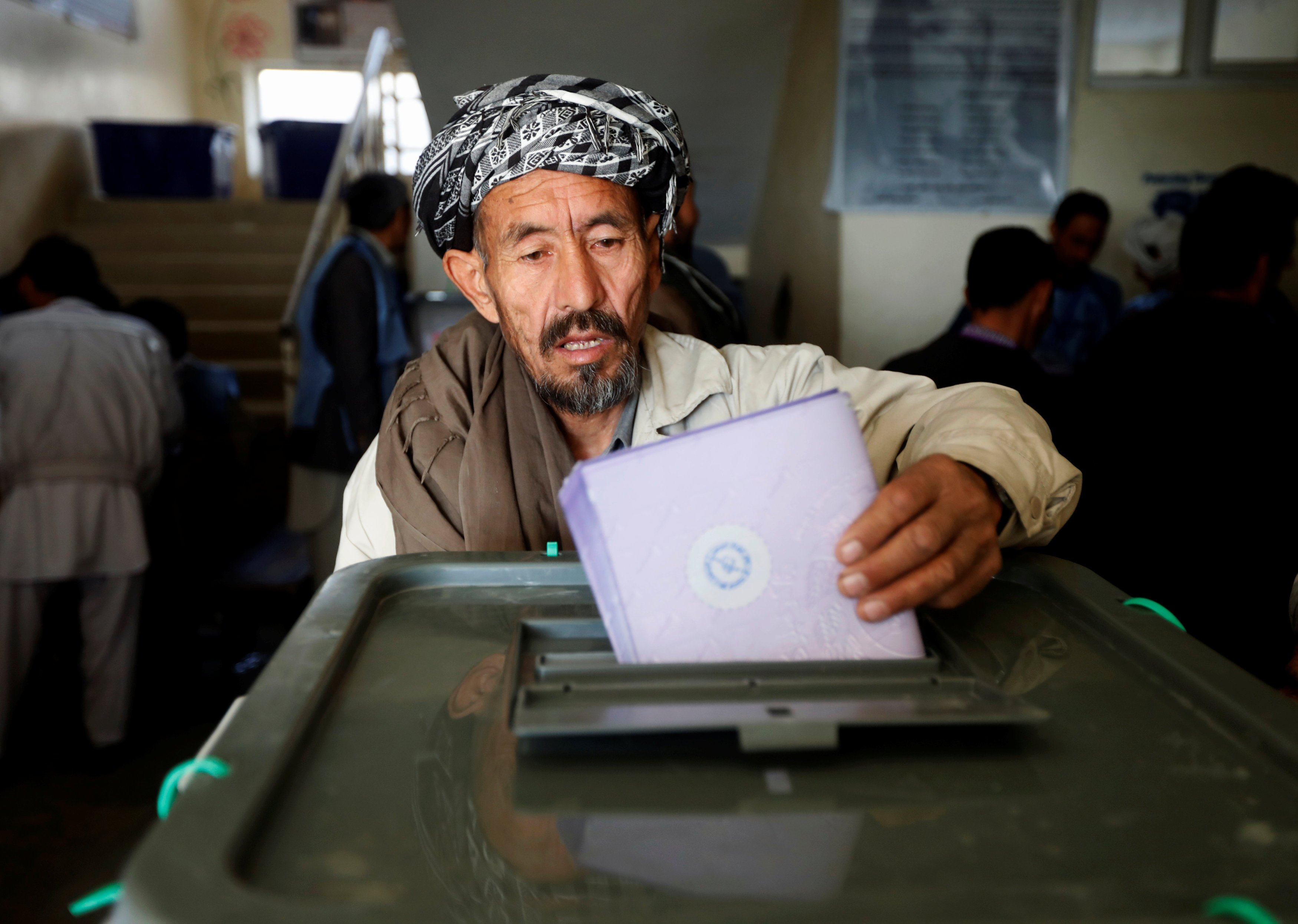 An Afghan man casts his vote during the parliamentary election at a polling station in Kabul, Oct. 21, 2018. (REUTERS)