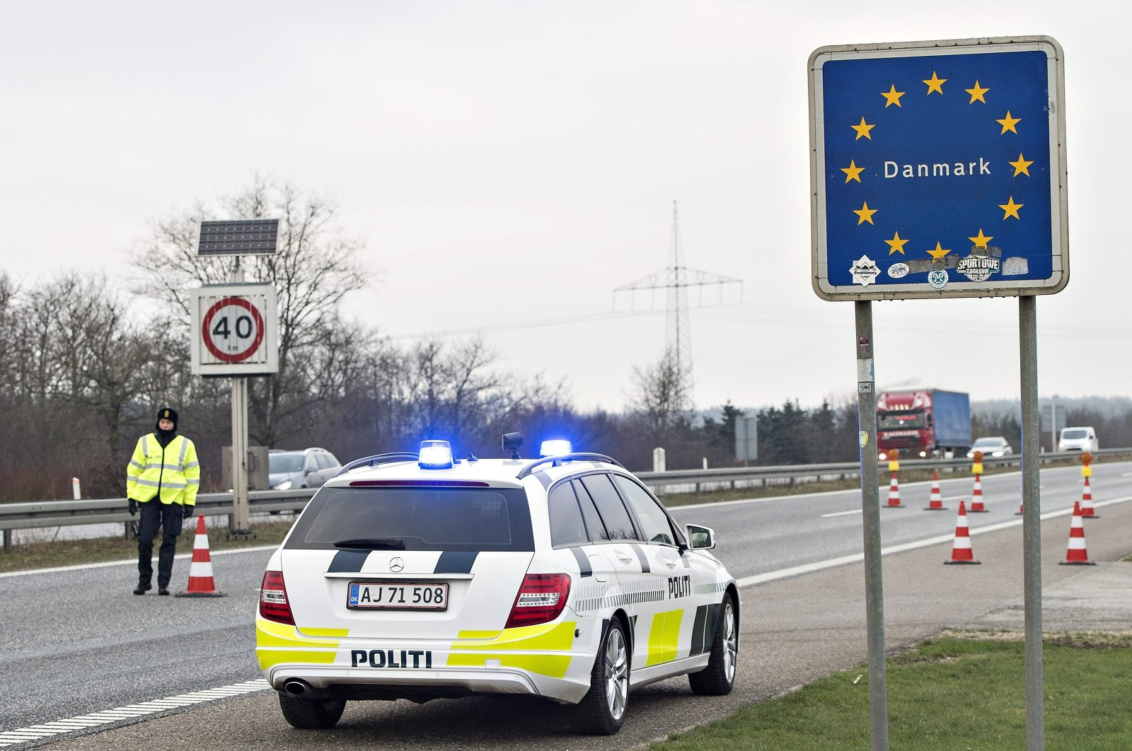 Danish police officers check vehicles at the border town of Padborg, Denmark, Jan. 4, 2016. (REUTERS Photo)