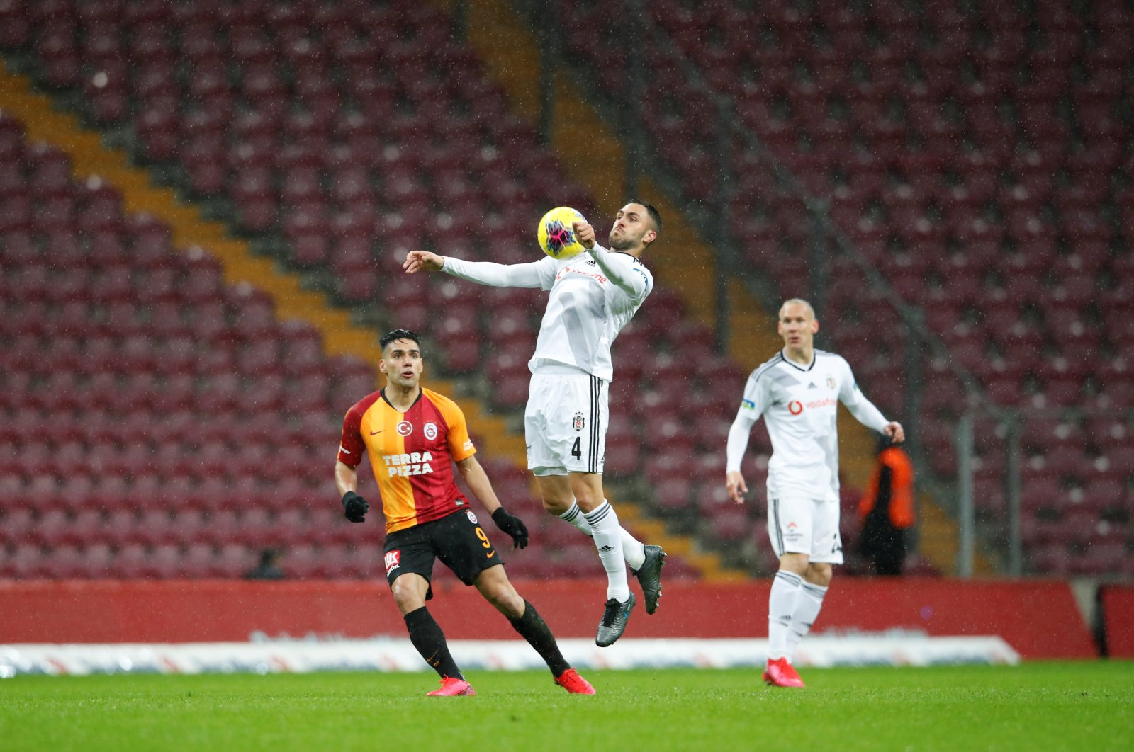 Beşiktaş's Victor Ruiz in action during a Süper Lig match against Galatasaray at Türk Telekom Stadium in Istanbul, Sunday, March 15, 2020. (Reuters Photo)