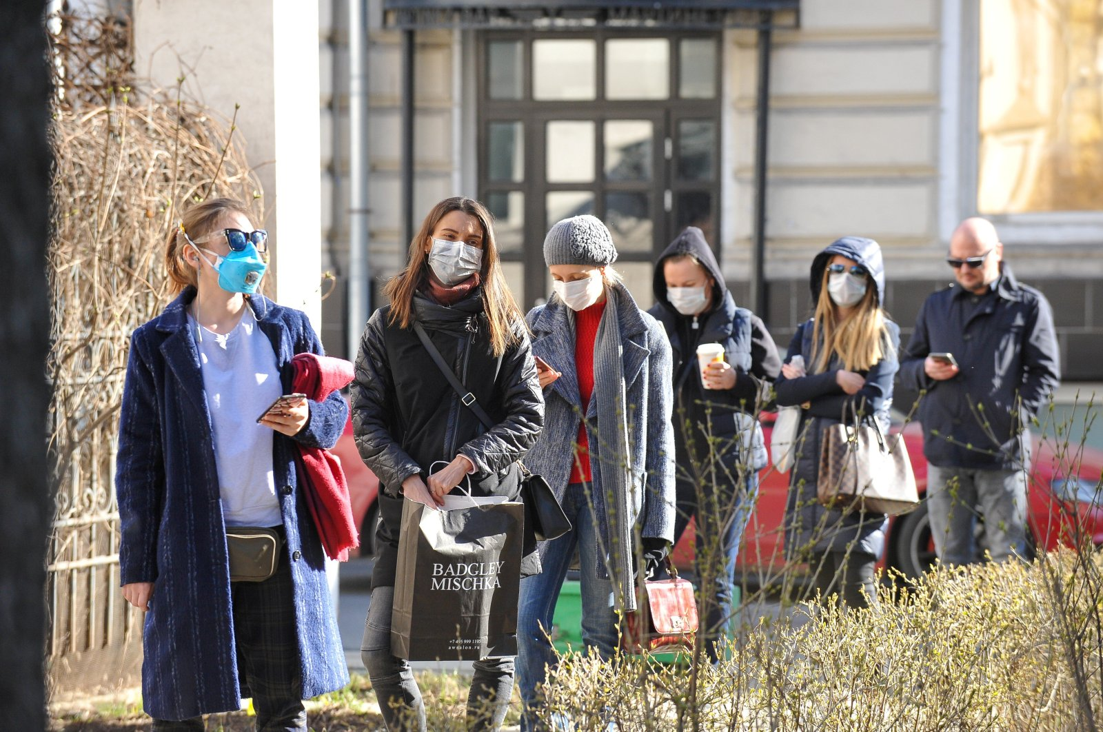 People queue before undergoing medical tests to detect coronavirus infection at a laboratory, Moscow, Thursday, March 26, 2020. (REUTERS Photo)