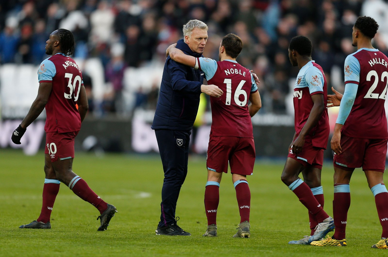 West Ham United's manager David Moyes congratulates West Ham United players after the English Premier League football match between West Ham United and Southampton at The London Stadium, in east London, Feb. 29, 2020. (AFP Photo)