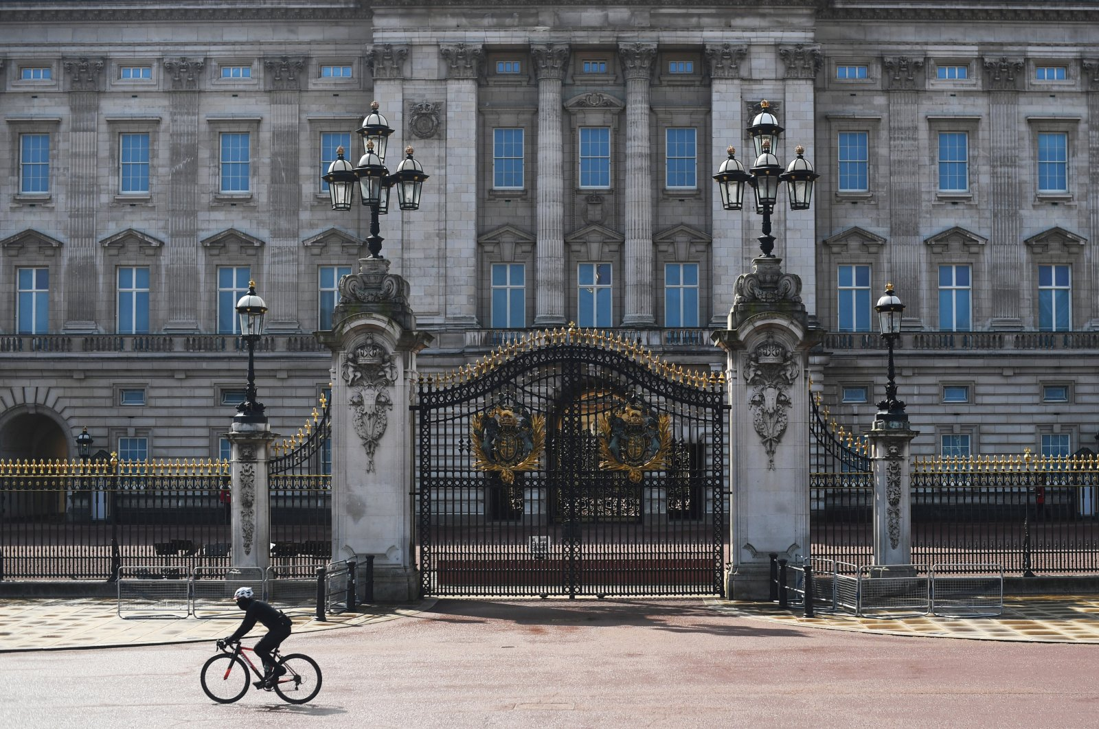 A man rides a bicycle outside Buckingham Palace, London, Britain, March 29, 2020. (REUTERS Photo)