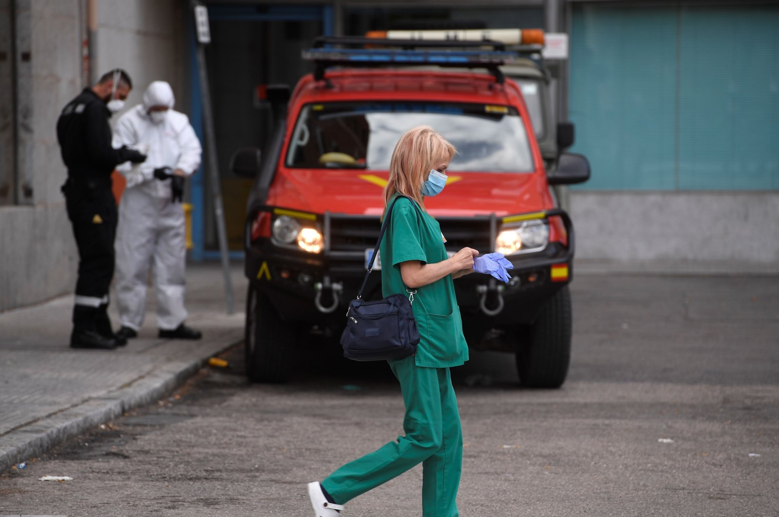 A health worker walks outside the San Carlos Clinic Hospital in Madrid, March 29, 2020. (AFP Photo)